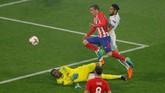Gol kedua Atletico Madrid dicetak Antoine Griezmann pada menit ke-49 setelah menerima umpan terobosan Koke. (REUTERS/Vincent Kessler)