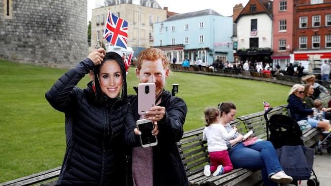 Di dekat Kastel Windsor, lokasi pernikahan Harry dan Markle, lapak pedagang pernak-pernik bertema demikian banyak ditemukan. (REUTERS/Phil Noble)