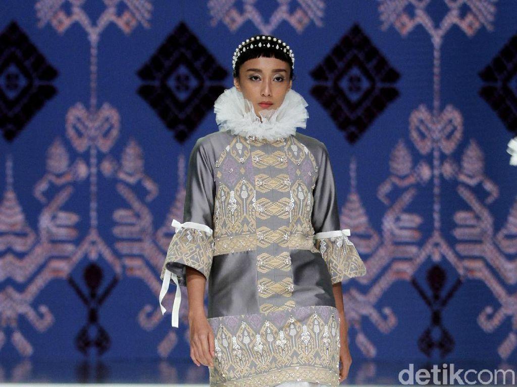 6 Koleksi Terbaru Danny Satriadi yang Mengangkat Tenun Lombok
