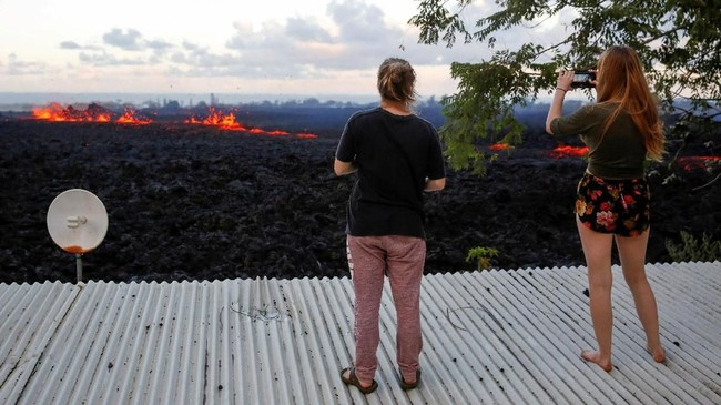 Selain abu tak beracun, penduduk khawatir tersedak belerang dioksida. Coombs mengatakan gas tersebut keluar dari 21 celah, atau retakan di tanah, yang disebabkan oleh gunung berapi.(Reuters/Terray Sylvester)