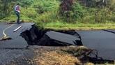 Semburan lava telah menelan sejumlah rumah dan kendaraan. Sejauh ini, setidaknya 37 bangunan telah hancur, dan jumlahnya bisa terus bertambah. (USGS/Handout via Reuters)