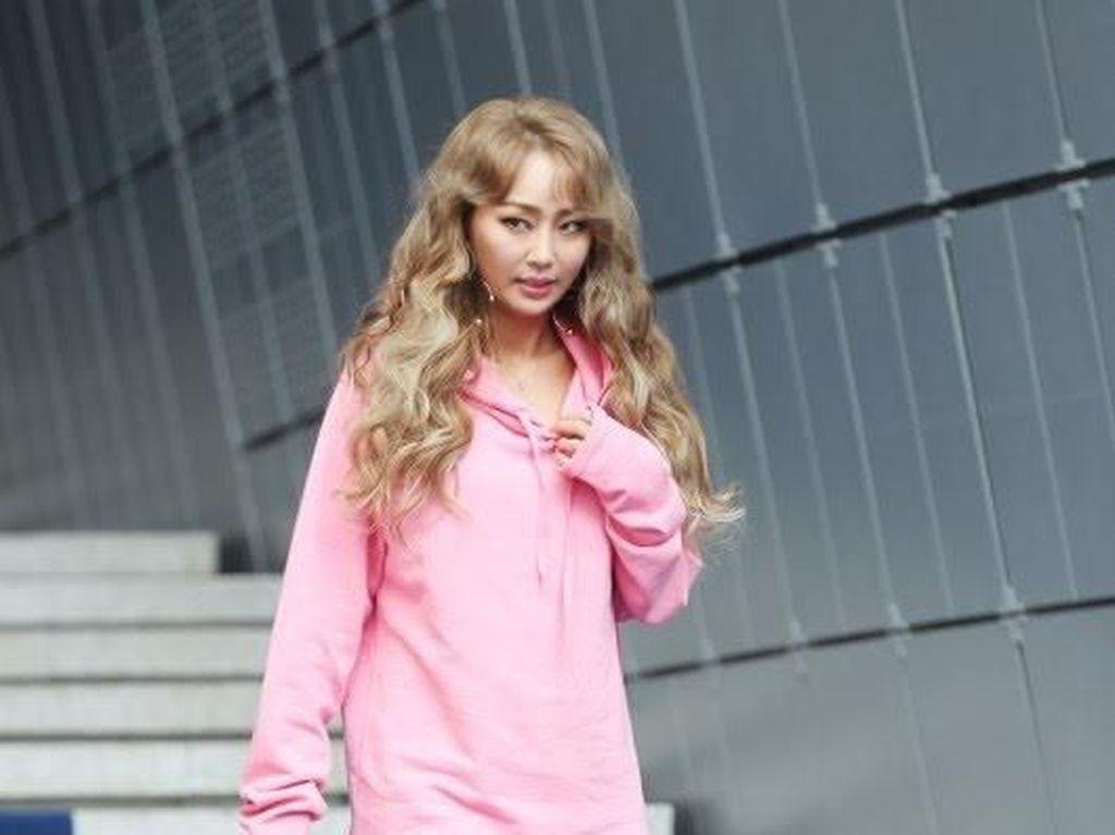 Foto: Tren Pakai Baju Tanpa Celana yang Dipopulerkan Artis K-pop