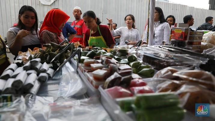 Bulan Ramadan bisa jadi peluang menambah rezeki bagi pedagang makanan yang berkumpul di Pasar Bendungan Hilir.