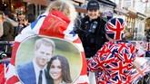 Harry dan Markle akan melangsungkan pesta pernikahannya pada Sabtu (19/5) waktu setempat. Namun sejak beberapa minggu yang lalu, penjual suvenir di sana sudah mulai menghias lapaknya dengan benda-benda bertema Royal Wedding. (REUTERS/Phil Noble)