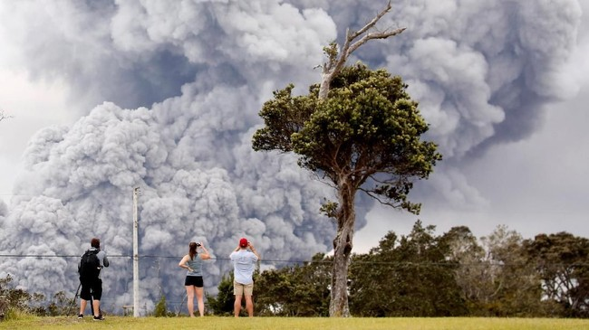 Pemerintah punmemeringatkan warga dan pesawat untuk menjauh setelah segumpal abu dari gunung berapi Kilauea naik hingga 12.000 kaki (3,6km) ke udara. (Reuters/Terray Sylvester)