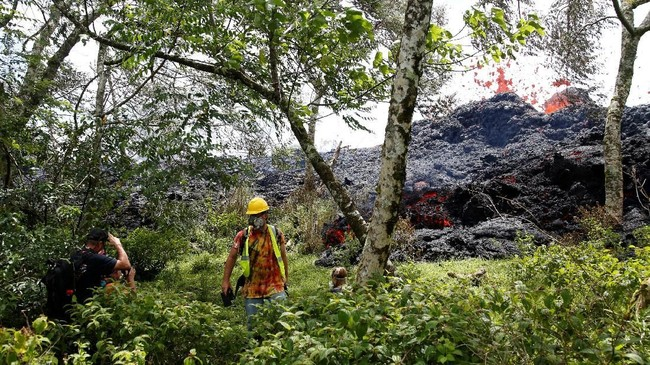 Departemen Kesehatan Negara Bagian Hawaii meminta masyarakat umum untuk menghindari area dengan celah karena gas yang dipancarkan memerlukan respirator penyaring khusus. (Reuters/Terray Sylvester)