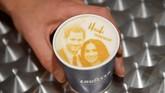 Dari topeng, gelas, minuman teh sampai kondom bertema pernikahan Pangeran Harry dan Meghan Markle menjadi oleh-oleh paling diburu oleh turis di Inggris saat ini. (REUTERS/Toby Melville)