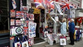 Toko suvenir pernak-pernik Royal Wedding di dekat Kastel Windsor, Inggris. (REUTERS/Phil Noble)