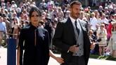 Pasangan David dam Victoria Beckham pun tampak serasi dan memukau. Keduanya diundang Pangeran Harry. Victoria mengenakan gaun biru tua, sementara David tampak macho dengan setelan jas warna abu-abu gelap. (Chris Radburn/Pool via REUTERS)