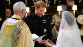 Setelah saling mengucap janji dan kesediaan untuk menerima sebagai suami istri, mereka lalu bertukar cincin. Uskup pun mengesahkan Harry dan Markle sebagai suami istri. (Jonathan Brady/Pool via REUTERS)
