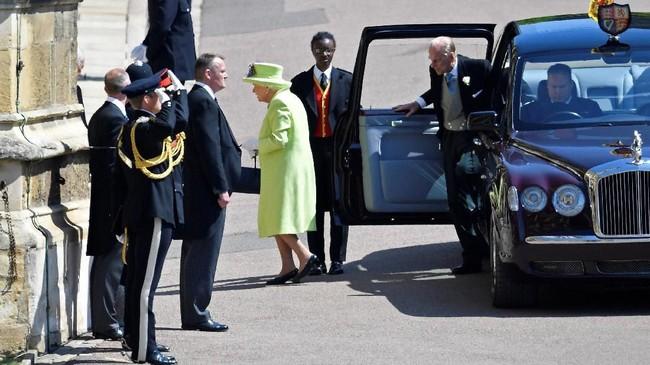 Sebelum Markle tiba, telah datang di kapel itu Ratu Elizabeth II. Ia merupakan anggota terakhir keluarga Kerajaan Inggris yang datang, ditemani Pangeran Philip. (REUTERS/Toby Melville/Pool)