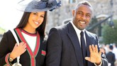 Idris Elba dan pasangannya Sabrina Dhowre termasuk selebriti yang datang pertama di Kapel St. George, Kastel Windsor, Inggris untuk pernikahan Pangeran Harry dan Meghan Markle, Sabtu (19/5). (Gareth Fuller/Pool via REUTERS)