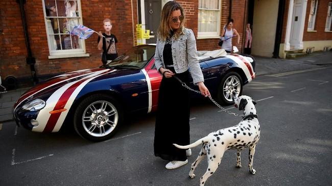 Menjadi saksi pernikahan Harry dan Meghan Markle, bagi Katja Parrock dan anjingnya yang memang berasal dari Windsor, adalah kesempatan sekali seumur hidup. (REUTERS/Clodagh Kilcoyne)