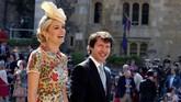 Penyanyi James Blunt menggandeng Sofia Wellesley ke pernikahan Markle dan Harry. Ia termasuk dalam undangan Pangeran Harry. (Chris Radburn/Pool via REUTERS)