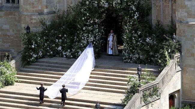 Meghan Markle kemudian memasuki gereja diiringi anak-anak kecil yang membantunya mengangkat ekor tudung pengantin. (Andrew Matthews/Pool via REUTERS)