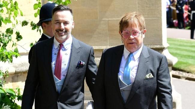 Elton John juga hadir dalam acara akbar Kerajaan Inggris itu. Ia datang bersama David Furnish. Selain menjadi tamu, dikabarkan John juga akan tampil menghibur. (Ian West/Pool via REUTERS)