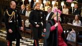 Sebelum memasuki gereja, Pangeran Harry dan Pangeran William harus melepas topi dan sarung tangannya. Mereka lalu duduk di dekat altar sembari menunggu kedatangan mempelai wanita. (Dominic Lipinski/Pool via REUTERS)