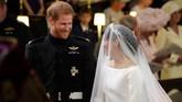 Pangeran Harry dan Meghan Markle lalu bertemu di altar dan saling menatap dengan senyuman. (Jonathan Brady/Pool via REUTERS)