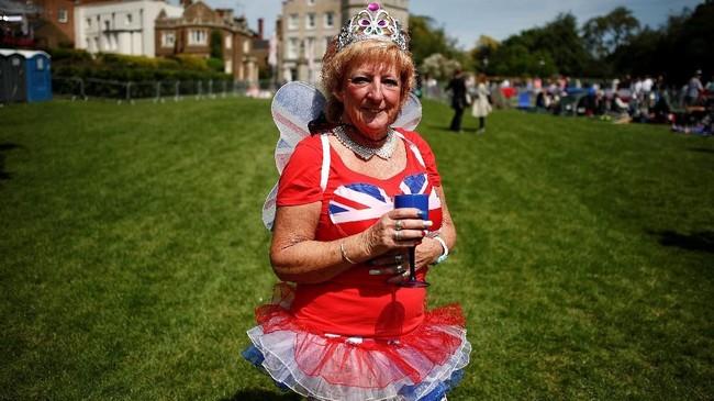 Ini bukan royal wedding pertama bagi Sally Rose dari Essex. Ia juga mengaku datang saat Pangeran William dan Kate Middleton menikah. Kali ini, untuk Harry dan Markle ia sampai rela menginap di Windsor. (REUTERS/Damir Sagolj)