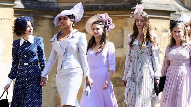 Aktris Hollywood berdarah Bollywood, Priyanka Chopra yang masuk dalam undangan Meghan datang dengan busana abu-abu muda, bersama Abigail Spencer. (Chris Jackson/Pool via REUTERS)