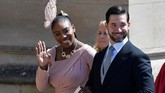 Petenis Serena Williams juga berbusana pink. Ia datang bersama suaminya, Alexis Ohanian. Serena Williams termasuk dalam tamu yang diundang Markle. (REUTERS/Toby Melville/Pool)