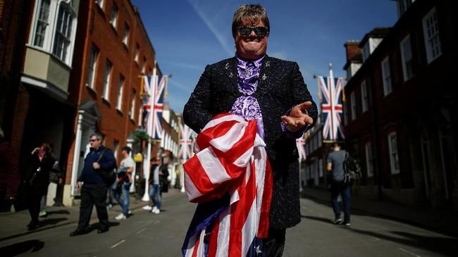 Kevin Clay dari East Molesey ingat, Windsor bukan hanya saksi pernikahan keluarga Kerajaan Inggris, melainkan juga saksi menikahnya penyanyi Elton John. (REUTERS/Damir Sagolj)