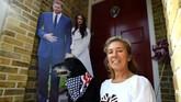 Tak sendirian, Trina Moore mengajak anjingnya datang dari Italia ke Windsor untuk menyaksikan pernikahan Pangeran Harry dan Meghan Markle. Ia mengaku mengagumi Harry dan Markle seperti anggota Kerajaan Inggris lainnya. (REUTERS/Clodagh Kilcoyne)