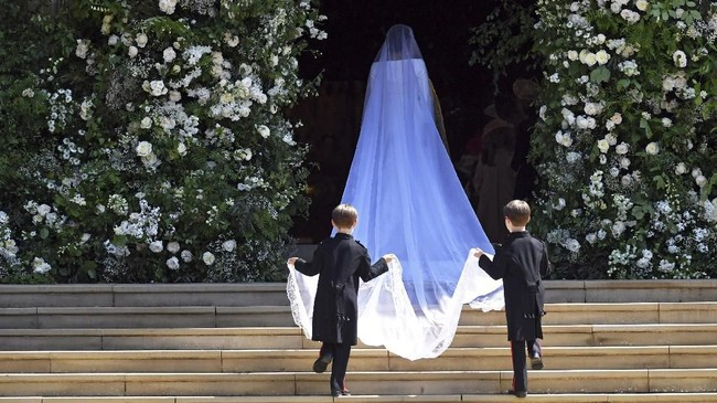 Brian dan John Mulroney, anak kembar dari sahabat dekat Meghan Markle, Jessica Mulroney menjadi dua pria pencuri perhatian yang membantu mengangkat veil panjang di pernikahan Meghan-Harry. (NEIL HALL/Pool via REUTERS TPX IMAGES OF THE DAY)