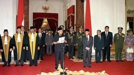 Hari Ini 20 Tahun Silam: Saat Soeharto Bertekuk Lutut