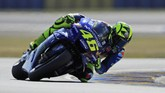 Juara MotoGP Prancis tiga kali Valentino Rossi harus puas start dari posisi sembilan pada balapan di Sirkuit Le Mans malam ini. (REUTERS/Gonzalo Fuentes)