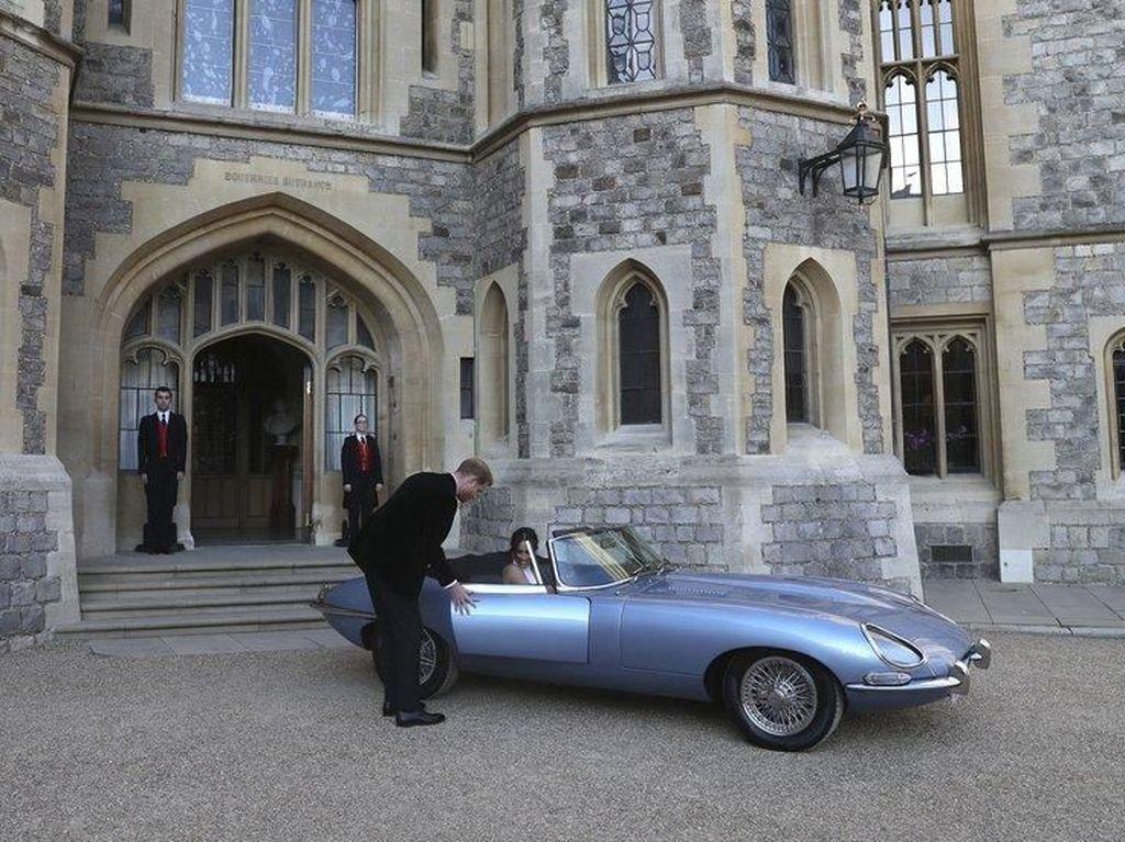 Mobil Jadul Jaguar Antar Pangeran Harry ke Resepsi Pernikahan