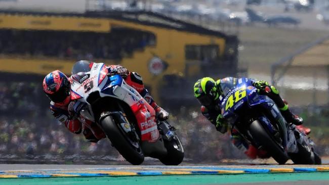 Valentino Rossi berusaha keras untuk menyalip Danilo Petrucci di posisi kedua. Tapi, The Doctor gagal mengejar pebalap Pramac Ducati itu. (REUTERS/Gonzalo Fuentes)