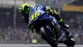 Valentino Rossi kemudian finis di posisi ketiga, terpaut 5,350 detik dari catatan waktu Marc Marquez yang memenangi balapan MotoGP Prancis. (REUTERS/Gonzalo Fuentes)