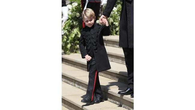 Saat pernikahan Pangeran Harry-Meghan Markle, Pangeran George memakai seragam militer hitam yang mirip dengan yang dipakai sang paman. (Brian Lawless/Pool via REUTERS)