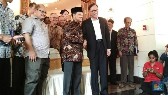 Senyum Sumringah Pertemuan Anwar Ibrahim dan BJ Habibie