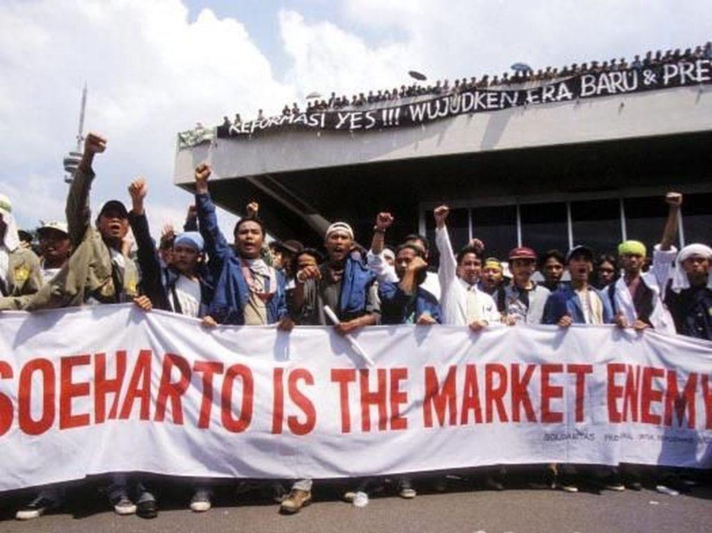 Para demonstran juga mengkritik kebijakan ekonomi Soeharto yang dianggap terlalu terbuka dengan negara asing dan isu Korupsi, Kolusi, dan Nepotisme (KKN) yang santer diberitakan marak terjadi di keluarga dan orang terdekat Soeharto. Patrick Aventurier/via Getty Images.
