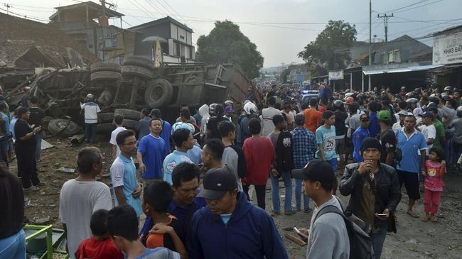 Kesaksian Warga soal Kecelakaan Bumiayu: Sopir Truk Terjepit