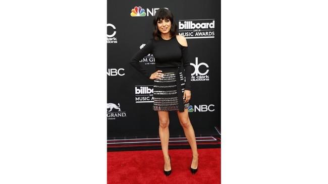 Aktris Mila Kunis meramaikan karpet merah Billboard Music Awards 2018 dengan mengenakan gaun kombinasi hitam-perak dari koleksi David Koma Fall 2017. (REUTERS/Steve Marcus)