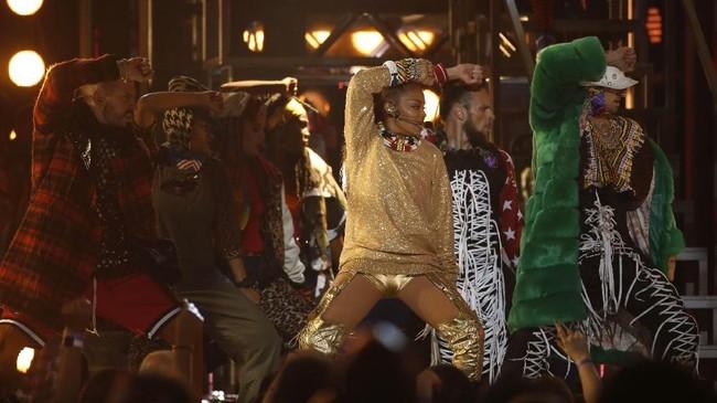 Janet Jackson tampil sebagai bintang tamu khusus di acara Billboard Music Awards 2018. Ia membawakan sejumlah lagu secara medley.(REUTERS/Mario Anzuoni)