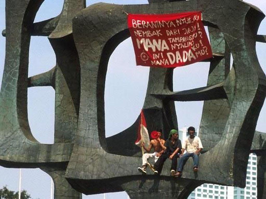 Berbagai spanduk, dan poster mengkritik cara pemerintahan Soeharto bertebaran. Para demonstran mengkritik cara Sang Jenderal membungkam lawan-lawannya. Tidak hanya dengan menculik tetapi juga dengan munculnya Penembak Misterius (Petrus) yang memiliki tugas khusus menembak para musuh Soeharto yang kontra dengan pemerintahannya. Jacques Langevin/via Reuters.