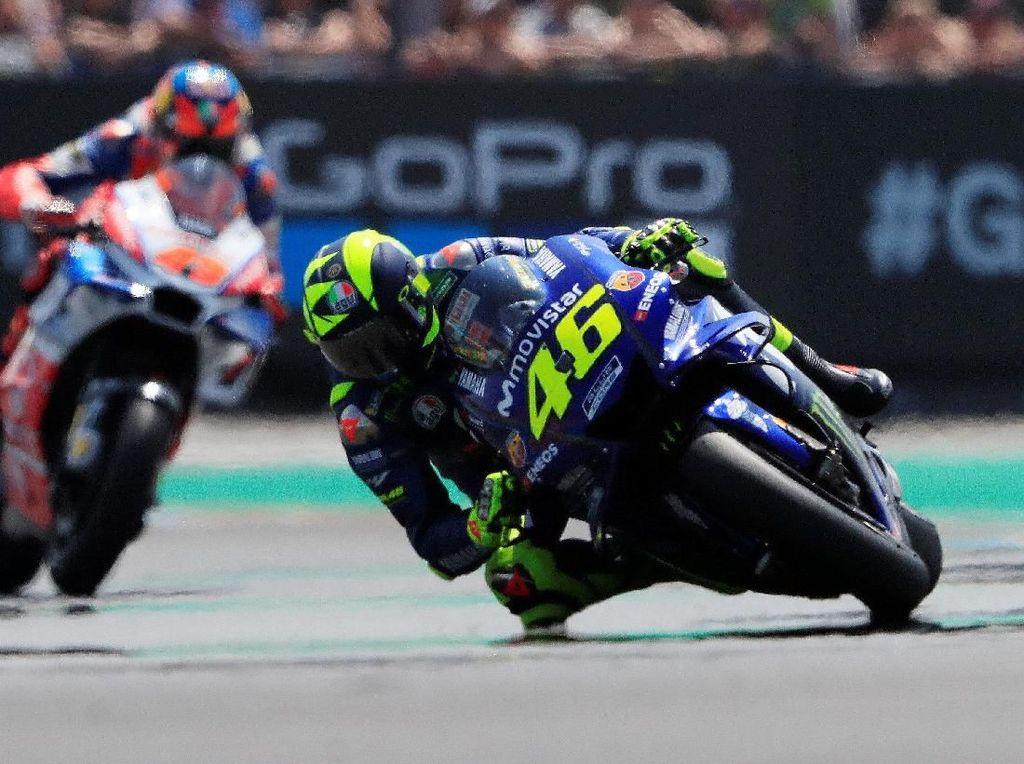Valentino Rossi menjadi bintang lain di balapan kali ini. Dia finis ketiga dari posisi start kesembilan. Yamaha kembali ke podium setelah tiga balapan absen. (Foto: Gonzalo Fuentes/Reuters)