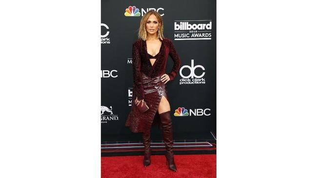 Jennifer Lopez yang selalu tak pernah mengecewakan untuk urusan mode, kali ini mengenakan gaun rancangan Roberto Cavalli dari koleksi Fall 2018. (REUTERS/Steve Marcus)