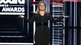 Alumnus American Idol Kelly Clarkson didaulat menjadi pemandu acara Billboard Music Awards (BBMAs) 2018. Ia juga sempat membawakan sejumlah lagu di panggung BBMAs. (REUTERS/Mario Anzuoni)