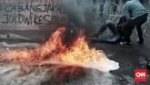Sejak awal polisi telah menegaskan kepada para pelaku aksi agar tidak melakukan tindakan berujung kericuhan dalam aksi Refleksi 20 tahun Reformasi, termasuk membakar ban. (CNN Indonesia/Andry Novelino)