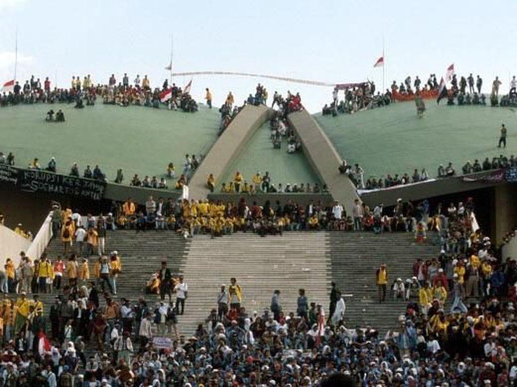 Teror penculikan para aktivis yang kontra dengan Soeharto tidak mematikan semangat para demonstran, khususnya mahasiswa untuk tetap menuntut Soeharto lengser. Akhirnya, pada tanggal 18 Mei 1998 para demonstran berhasil menduduki gedung MPR dan semakin membuat pemerintahan Soeharto terpojok dengan segala tuntutan para demonstran. Patrick Aventurier/via Getty Images.