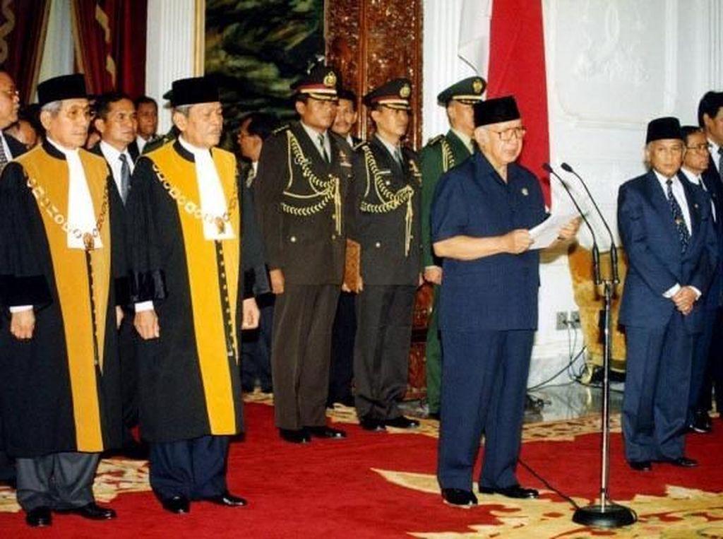 Bulan Mei 1998 menjadi bulan yang melelahkan bagi Soeharto. Gelombang masa yang mengingikannya untuk mundur dari jabatan Presiden semakin besar. Sang Smiling General tak mampu lagi menahan desakan tersebut. Patrick Aventurier/via Getty Images.