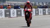 Marc Marquez merayakan kemenangan MotoGP Prancis 2018 dengan melakukan wheelie saat melewati garis finis Sirkuit Le Mans. (REUTERS/Gonzalo Fuentes)