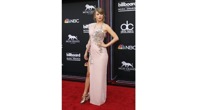 Sejumlah artis dan musisi meramaikan penghargaan Billboard Music Awards di Las Vegas, Minggu (20/5). Taylor Swift salah satunya yang kembali menghiasi karpet merah setelah absen dua tahun dengan balutan busana Atelier Versace yang sensual. (REUTERS/Steve Marcus)