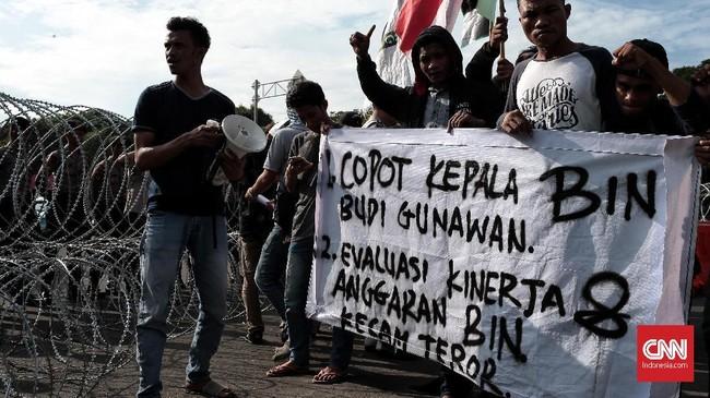 Pelaku aksi juga mempertanyakan kinerja Badan Intelijen Negara (BIN) yang dipimpin Budi Gunawan terkait rentetan aksi teror beberapa waktu terakhir. (CNN Indonesia/Andry Novelino)