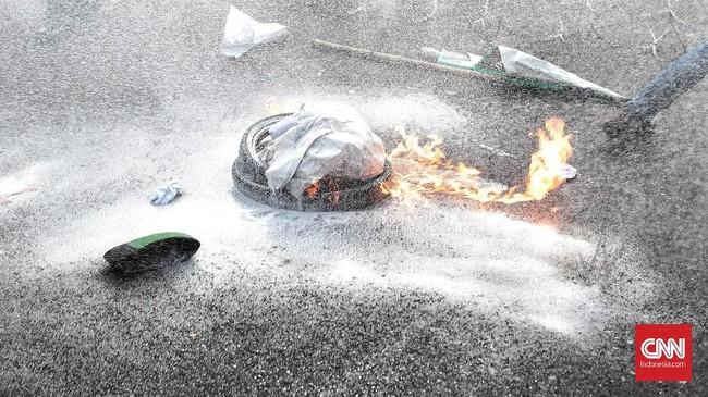 Sisa ban yang dibakar mahasiswa dalam aksi Refleksi 20 tahun Reformasi di seberang Istana Kepresidenan, Jakarta, 21 Mei 2018. (CNN Indonesia/Andry Novelino)
